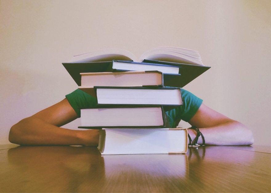 étudiant avec livres